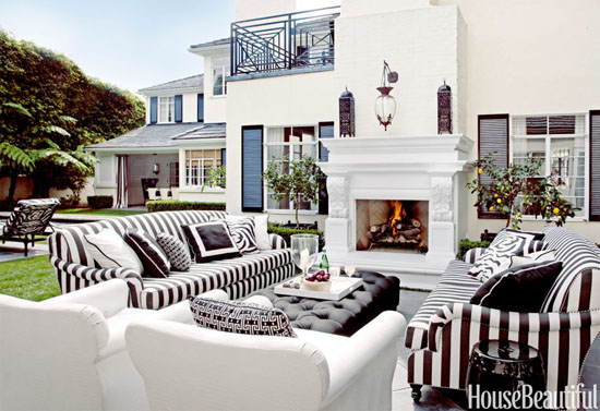 Outdoor Living Room with Black and White Theme - Top 20 Black and White Décorating Ideas to Inspire You